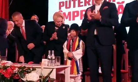 VIDEO. Dăncilă a pus un copil să o aplaude în cadrul unei întâlni a PSD și l-a verificat ca nu cumva să se oprească