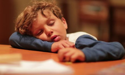 Poliţiştii au căutat două ore un copil dat dispărut, dar care adormise sub masa din sufragerie