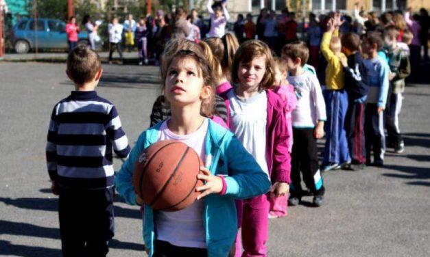 11.000 de elevi din Constanța fac ora de sport în clasă. 19 școli nu au sală de sport, dar Făgădău dă 5 milioane euro pentru cluburi private