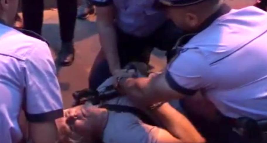 VIDEO. Scandal în fața sediului PSD. Un protestatar a fost ridicat de polițiști