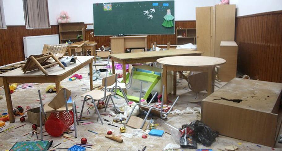 FOTO. Trei copii au distrus școala din Clejani pentru că așa au văzut într-un joc. Au vandalizat cinci săli de clasă!