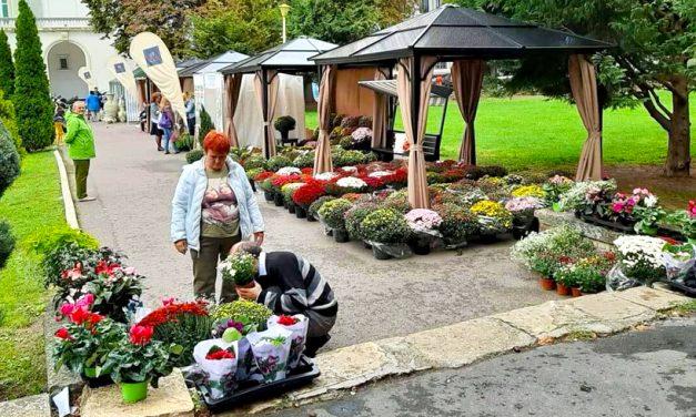 """A fost deschis Târgul """"Constanța cu flori"""", în fața TNOB """"Oleg Danovski"""""""
