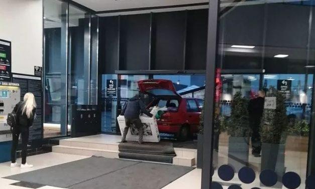 Un constănțean a intrat cu mașina în City Park Mall ca să nu i se ude televizorul cumpărat. Televizor mai scump decât mașina