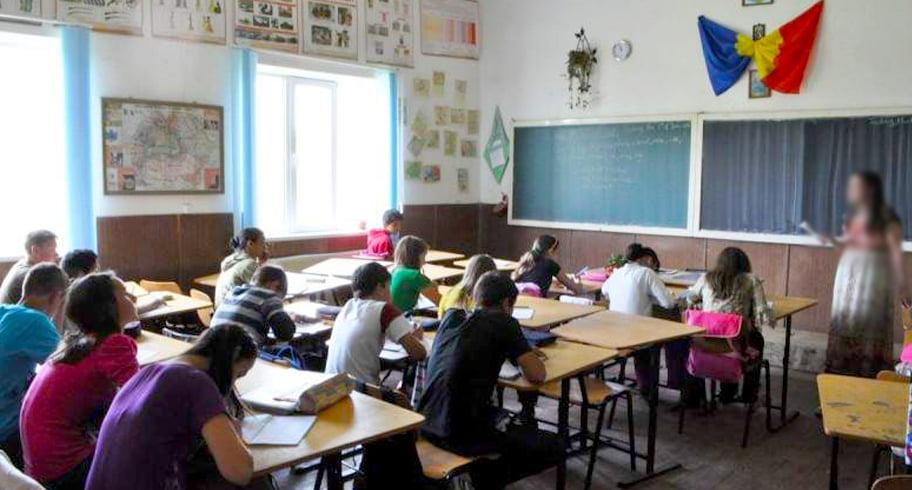 Copil bolnav, pus de învățătoare să stea în genunchi și cu mâinile ridicate în fața clasei
