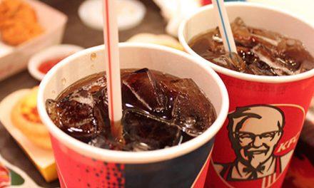 Gheață infectată cu bacterii periculoase, în sucurile de la KFC. Ce spune compania
