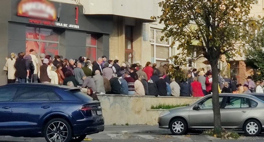 """Cozile umilinței. Sute de pensionari s-au înghesuit pentru a primi """"Respect"""" din partea lui Făgădău"""