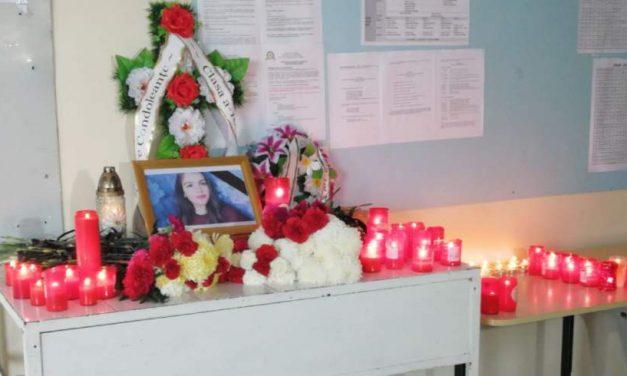 Ștefania, eleva de 15 ani din Mangalia, și-ar fi luat zilele din cauza unei note mici. Colegii i-au ridicat un altar de flori
