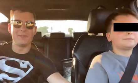 """Teribilism. Un vlogger învață un copil de 10 ani să conducă în parcarea unui mall: """"Mi-e frică cu tine, conduci prea tare"""""""