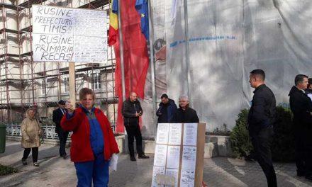 """VIDEO. """"Mincinoasa"""", """"Analfabeta"""". Dăncilă, așteptată la Timișoara cu pietre și huiduieli"""