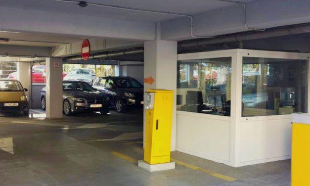 Parcarea supraetajată din zona Spitalului Județean, închisă de joi până duminică. Mașinile abandonate vor fi ridicate