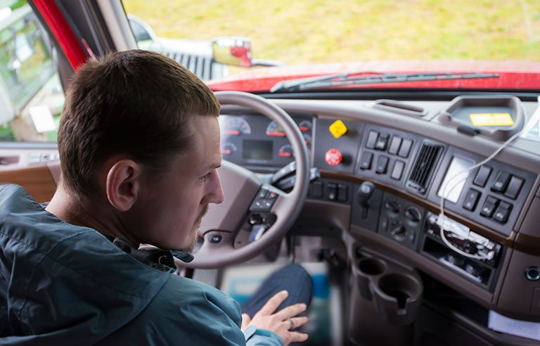 Un șofer de tir român și-a denunțat soacra și nevasta la poliție. Când el era plecat în cursă, casa îi era transformată în bordel