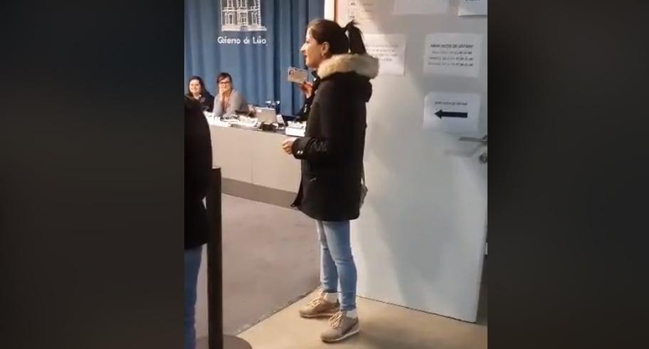 """VIDEO. Emoționant. O tânără cântă """"Acasă-i România"""" într-o secție de votare din Spania"""