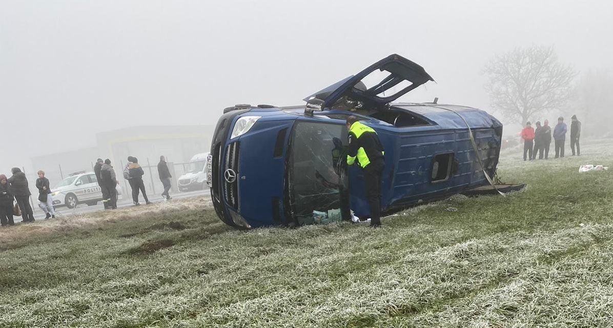 Grav accident rutier în județul Constanța. Microbuz răsturnat, 2 morți și 20 de răniți
