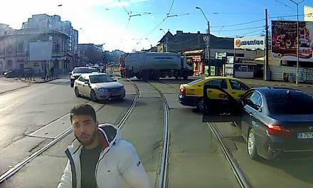 VIDEO. Cocalar cu BMW, împins cu tramvaiul după ce l-a șicanat pe vatman. Polițiștii l-au amendat