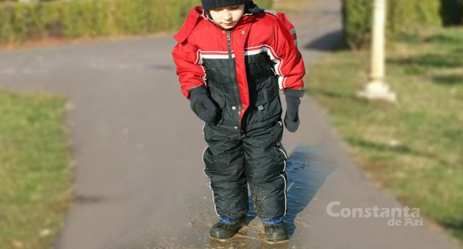"""Mămică din Constanța, insistă să-și îmbrace copilul pentru zăpadă, deoarece """"nu se știe!"""""""