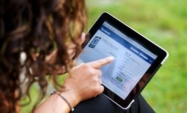 O femeie a fost amendată de Poliție cu 500 lei pentru că și-a înjurat nora pe Facebook deoarece nu primise invitație la nuntă
