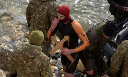 VIDEO. Tânără lovită după ce a prins crucea de Bobotează la Constanţa. Crucifixul i-a fost furat din mână