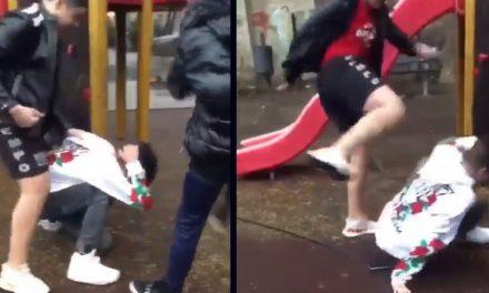 VIDEO. Adolescent bătut și umilit de alți trei tineri. Dau în el ca într-un sac și nimeni nu intervine