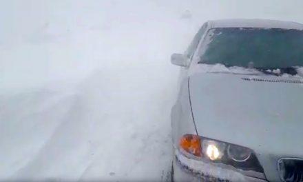 VIDEO. Maşini blocate pe drumurile din judeţ. Poliţiştii recomandă evitarea circulaţiei. Starea drumurilor