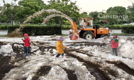 Pentru Facebook, mămicile constănțene și-au scos copiii la zăpadă cu gheață și noroi