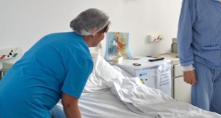 Infirmiere, prinse de paznici cu materiale sanitare furate din spital și ascunse în genți