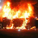 Un bărbat s-a răzbunat pe un samsar auto. A pus niște băieți să-i incendieze mașina