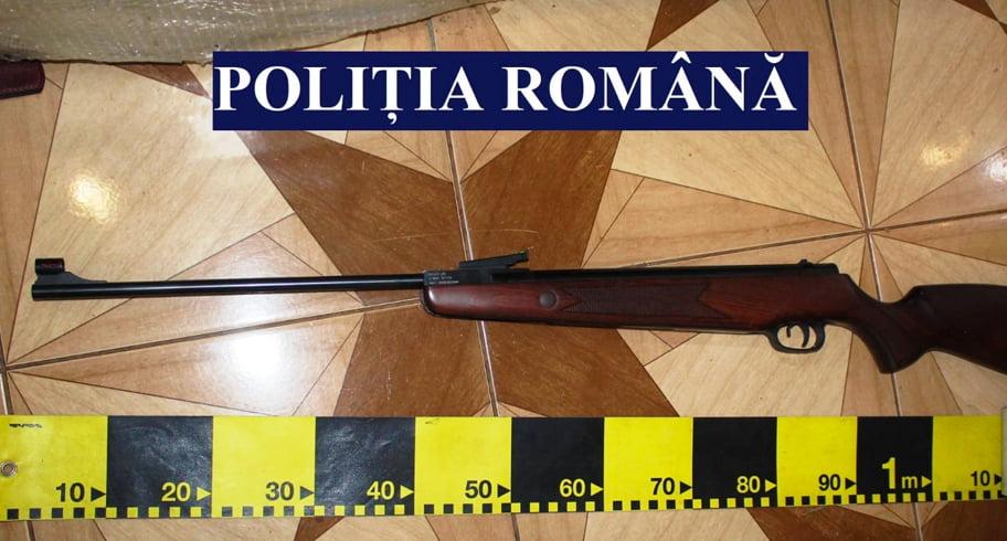 Armă cu aer comprimat, introdusă ilegal în țară de doi bărbați din Cernavodă