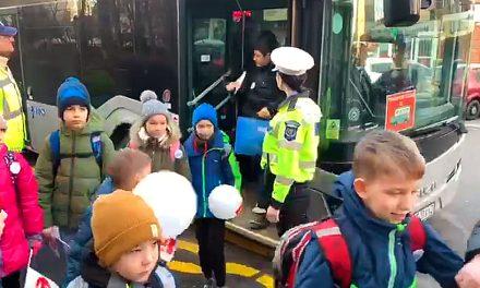 Primele autobuze școlare CT BUS au intrat pe trasee. Elevii merg la școală însoțiți de un polițist local