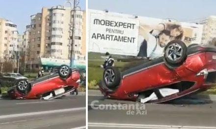 VIDEO. Accident cu trei maşini cauzat de un şofer, care nu a acordat prioritate la intermitent