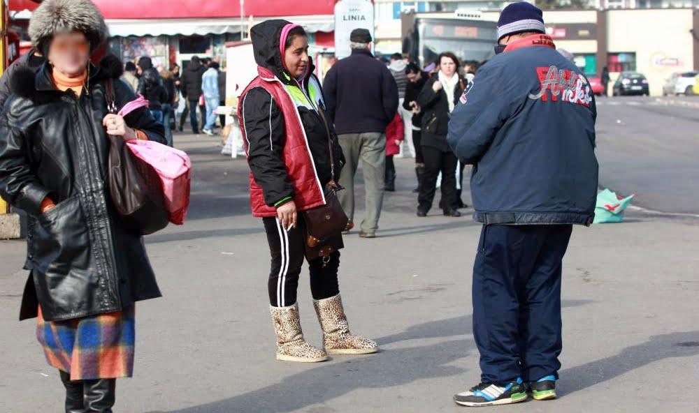Bișnițarii din Piața Griviței  și Tomis III nu mai vând țigări pe sub mână, ci Igienol, Sanytol și spirt