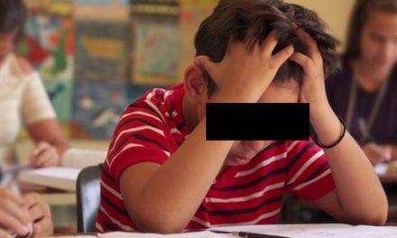 Un elev a fost bătut de profesor în clasă, pentru că scria prea încet