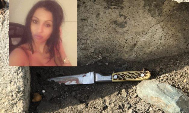 ȘOCANT! O mamă și-a înjunghiat fetița de 4 ani de două ori în burtă pentru că făcea gălăgie. Femeia a fugit, dar a fost prinsă de polițiști
