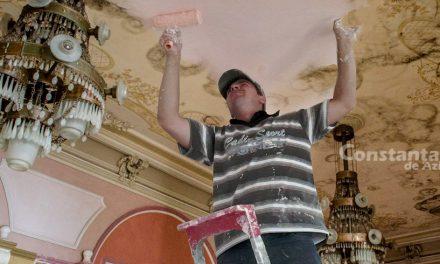 Revoltător! Meseriașul angajat să repare Cazinoul poate veni doar seara, că mai are și alte lucrări