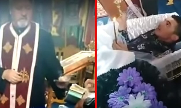 VIDEO. Un preot primește bani pentru o slujbă cu blesteme țigănești. Un bărbat, întins într-un coșciug, e pus să jure