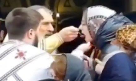 VIDEO. Incredibil! Credinicioşii, împărtăşiţi cu aceeaşi linguriţă de ÎPS Teodosie