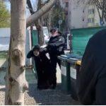 VIDEO. Romi luați cu forța de pe stradă și aruncați în curte de jandarmi
