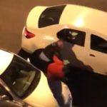 VIDEO / Polițiștii iau la bătaie cu pumnii și picioarele un bărbat care a ieșit din casă după ora 22