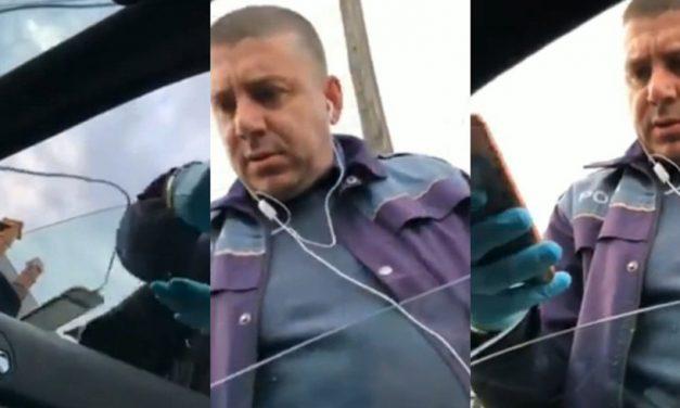 """VIDEO. Un poliţist nervos, fără mască, încalcă regulile de protecţie: """"Îți iau talonul pentru că așa vreau eu!"""""""