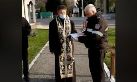 VIDEO. Preot amendat de poliţişti, după ce a lăsat mai mulţi bătrâni în curtea bisericii pentru o slujbă