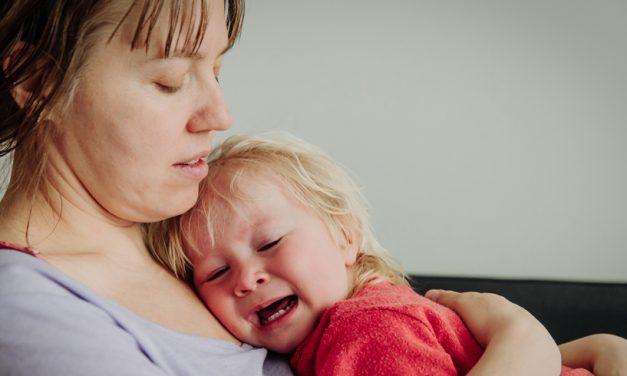 Mama unei fetiţe de 2 ani, amendată de poliţişti pe motiv că micuţa face zgomot în apartament