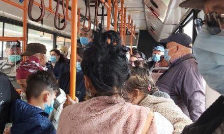 Relaxare în autobuzul 101. Nimeni nu s-a asigurat ca accesul să fie limitat, iar oamenilor nici că le-a păsat