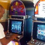 Se redeschid casele de pariuri și păcănelele, dar nu se va mai putea juca la două aparate