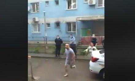 """VIDEO / Polițiștii intervin într-un ghetou de romi. """"Ne-a dat cu șprei la ochi, a paralizat copiii"""""""