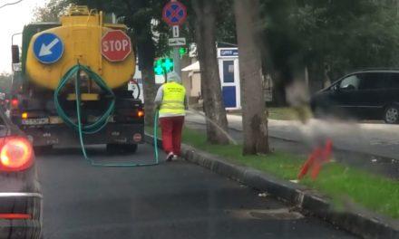 VIDEO. Ca în filmele cu proști. Angajații Primăriei udă iarba în timp ce afară plouă!
