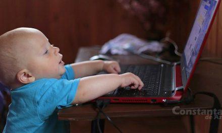 Incredibil. Copil de 1 an din Constanța, primul bebe care a citit postările mamei sale despre el