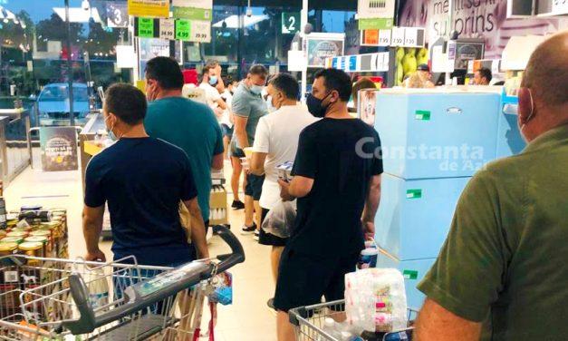 Cozi de zeci de persoane la un Lidl din Constanța. Deși magazinul e aglomerat, casele sunt ținute închise