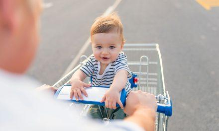 Copil de un an abandonat de tată în parcarea unui magazin din Constanța. Bărbatul se certase cu mama copilului
