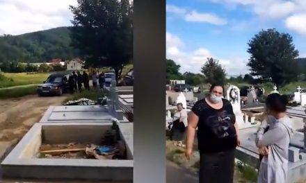 VIDEO. Adepți ai teoriilor conspirației, rudele unui bărbat decedat, infectat cu COVID-19, au desigilat sicriul