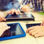 A fost promulgată legea prin care vor fi asigurate tablete sau laptopuri fiecărui elev și profesor