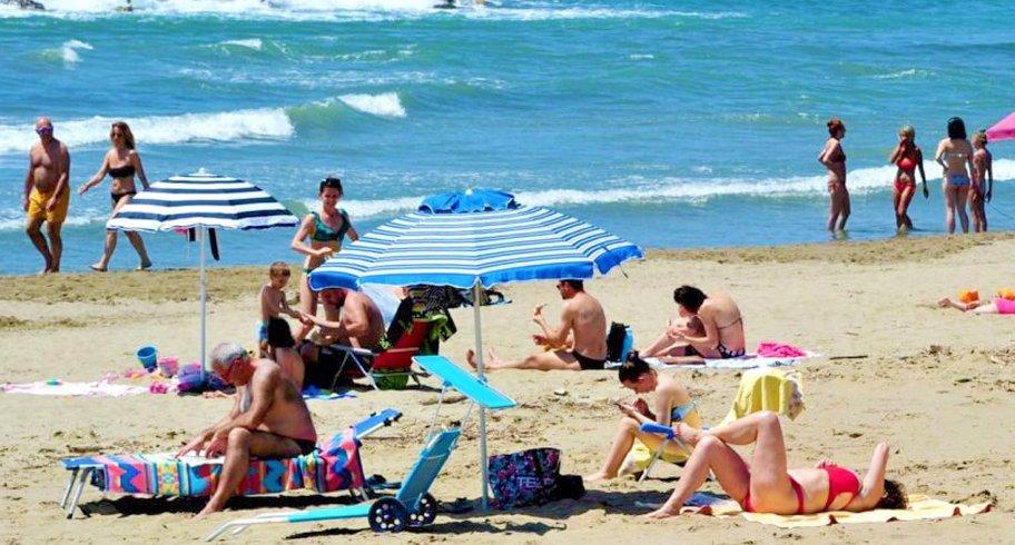 Restricția conform căreia doar soții pot sta pe plajă unul lângă altul, anulată. Ce măsuri rămân în vigoare